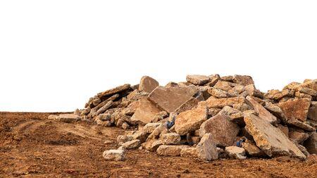 Vues isolées d'un lot de débris de béton ramenés de la démolition de la route et laissés au sol dans la campagne.