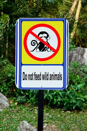 Do not feed wild animals sign
