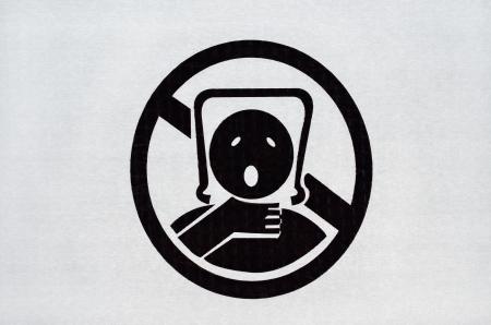 Waarschuwingsbord op plastic zak. Om het gevaar van verstikking van baby's en kinderen teken voorkomen. Stockfoto