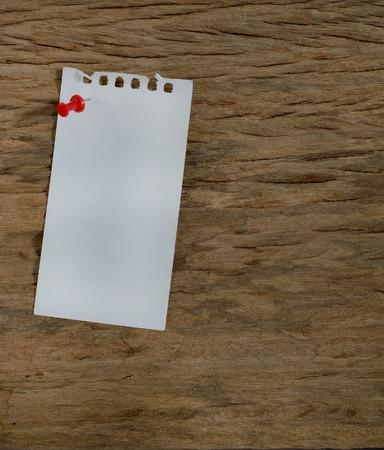 Bloco de notas em branco em uma superfície de madeira, fundo do grunge Imagens