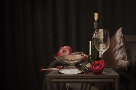 캔버스 배경에 와인, 과일, 원사의 정물화 이미지