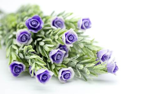 Rose púrpura, flor violeta artificial aislada en el fondo blanco. Foto de archivo