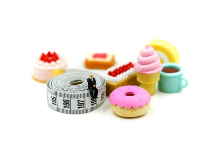 Miniature people : Doctor and patient with Glucose meter diabetes test and Syringe with measuring tape,concept of diabetes, healthy lifestyles and nutrition Banque d'images