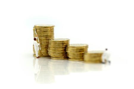 ミニチュアの人々:労働者は、コイン、芸術、お金、金融、ビジネスコンセプトのスタックを描きます。