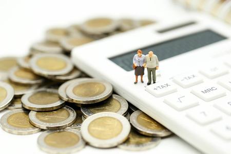 Miniaturleute: Verbinden Sie den Oldman, der mit Taschenrechner, Geschäft, Steuerkonzept steht.