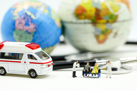 Miniature people : Doctor and patient with ambulance using for concept of Emergency Stockfoto