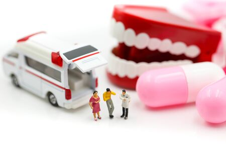 Miniature people : Doctor and Paramedic attending to patient in ambulance, Medicine ambulance concept Archivio Fotografico - 133955691