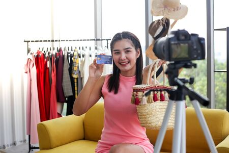 Asian woman beauty blogger or vlogger review Standard-Bild