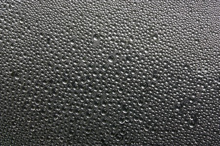 condensacion: Gota de agua en vidrio en negro