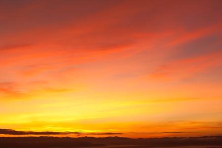puesta de sol: Hermoso cielo de Dawn over The Mountain