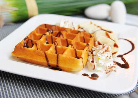 waffles: Waffle en la parte superior con chocolate y plátano