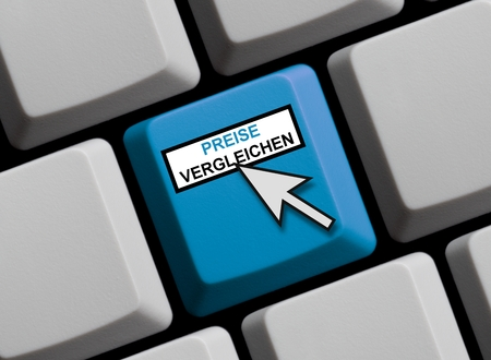 favorable: Computer Keyboard with mouse arrow showing compare prices online in german language Stock Photo