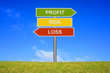 perdidas y ganancias: Poste indicador con 3 flechas muestra Riesgo de P�rdida y Ganancia Foto de archivo