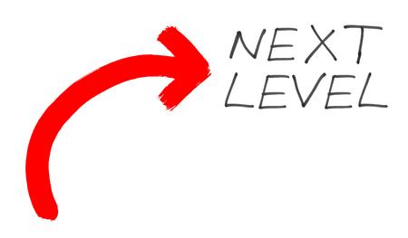 Niveau suivant - Texte écrit à la main en noir avec une flèche grunge peinte en rouge sur fond blanc