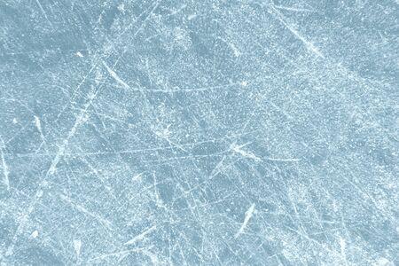 Zerkratzte gefrorene Eisstruktur mit Kratzern von Schlittschuhen