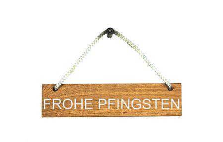 Altes braunes isoliertes Holzschild mit Seil, das Frohe Pfingsten in deutscher Sprache zeigt