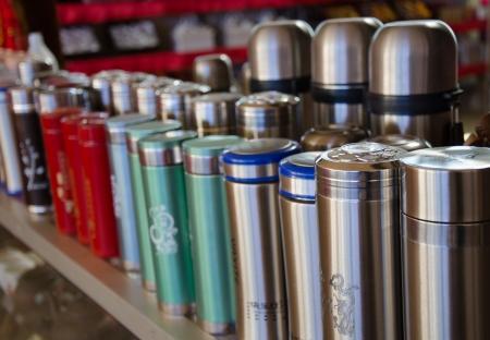 Hot Water Bottle Producten die verkocht worden in Ban Ruk Thai dorp Stockfoto