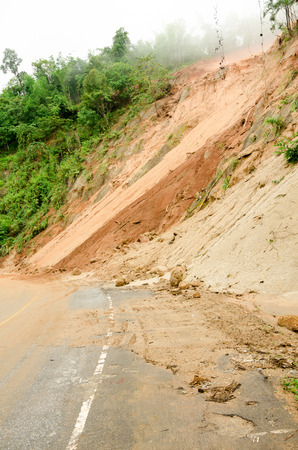 Natuurrampen, aardverschuivingen tijdens het regenseizoen in Thailand