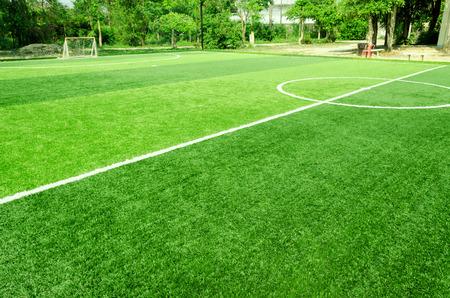 pasto sintetico: raya blanca en la hierba verde artificial del campo de fútbol
