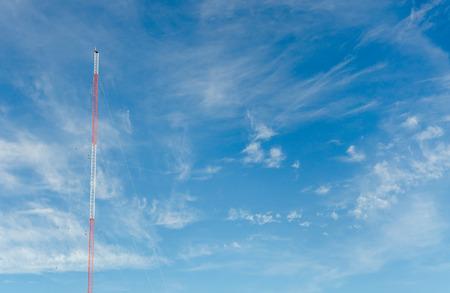 microondas: cielo azul con nubes y torres de comunicación Foto de archivo