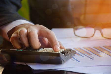 計算機、会計上の概念を使用してビジネスの男の手 写真素材
