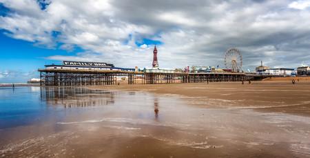 Centrale pier bij eb, reflecties van de pier in het water Stockfoto