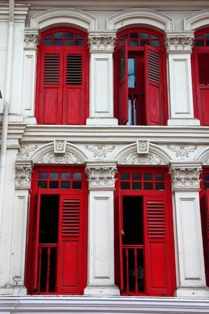 casa colonial: Red ventanas de madera procedentes de Singapur China Town. Foto de archivo