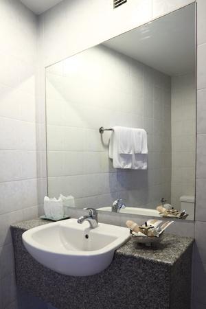 bathroom tiles: Acqua bagno lavello su base in marmo. Archivio Fotografico
