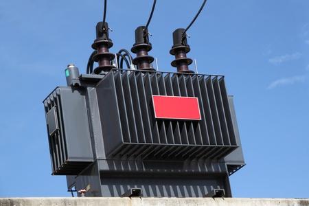 torres de alta tension: Transformador eléctrico en algún poste de hormigón de alimentación. Foto de archivo