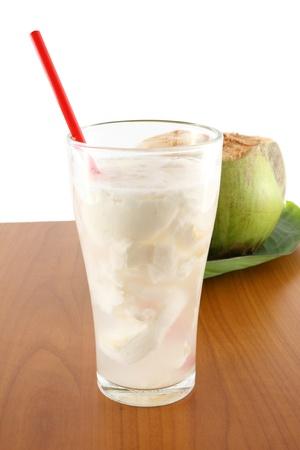 vasos de agua: Agua de coco en la mesa