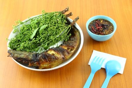 snake head fish: Serpente testa di pesce alla griglia e foglia dip Nim con pasta dolce sul tavolo. Archivio Fotografico