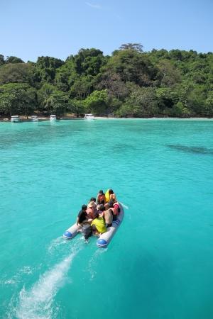 Tourist in Gummiboot Kopf zu einer Insel.
