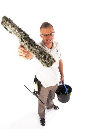 personal de limpieza: limpiador de ventanas con las herramientas en un fondo blanco