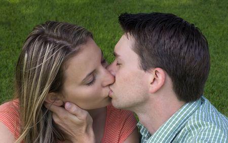 pareja besandose: El Besarse De los Pares Foto de archivo