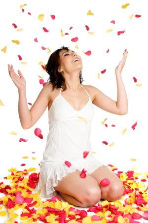 mujer arrodillada: P�talos de rosa mujer
