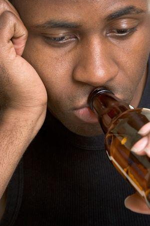 Hombre bebiendo cerveza  Foto de archivo - 2981039