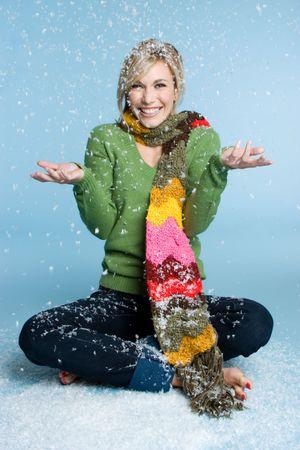 bufandas: Invierno mujer jugando en la nieve