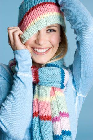 is playful: Niña juguetona de invierno