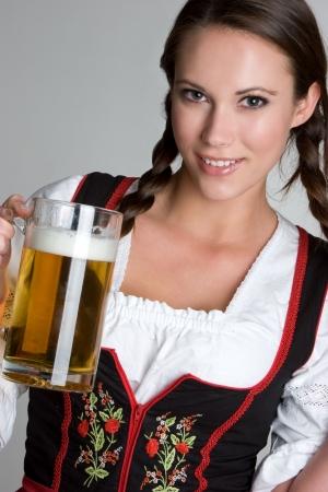 ビールを持つ女性 写真素材
