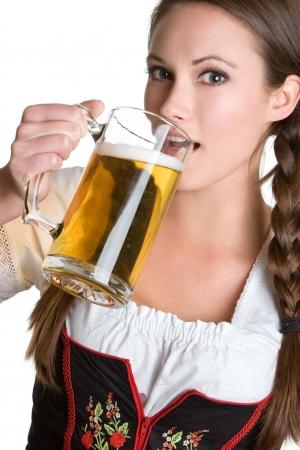 女性、ビールを飲む