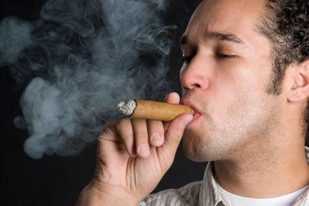 cigar smoking man: Hombre fumadores de puros