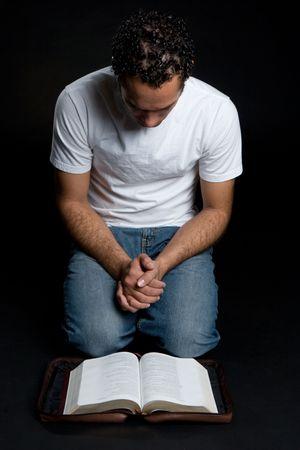 hombre orando: Lectura de la Biblia el hombre LANG_EVOIMAGES