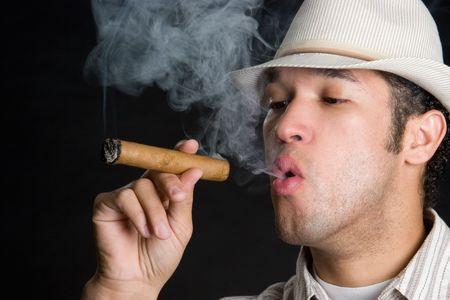 cigar smoking man: Fumar cigarros Hombre