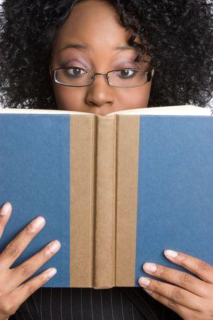 mujer leyendo libro: Negro Mujer lectura de libros