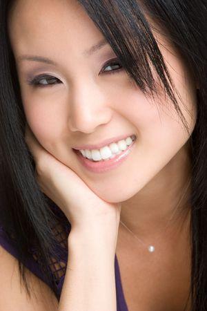 アジアの女の子は笑みを浮かべて