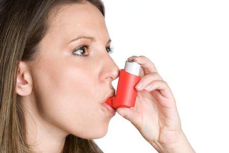 asma: Teniendo mujer Inhalador Foto de archivo