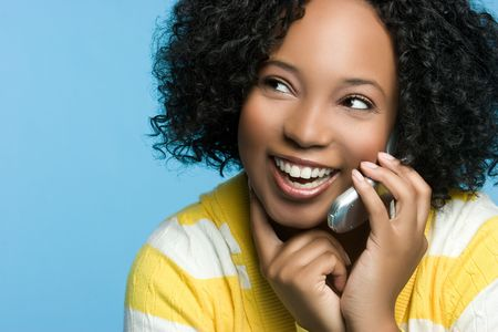 휴대 전화에 흑인 여성