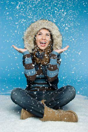 resfriado: Chica Jugar en la nieve