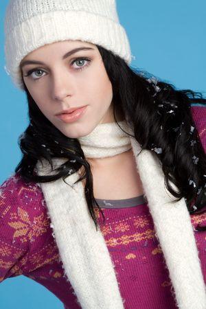 beanies: Hermosa mujer de moda de invierno
