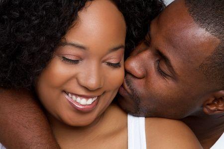 novios besandose: Amante de la pareja negra